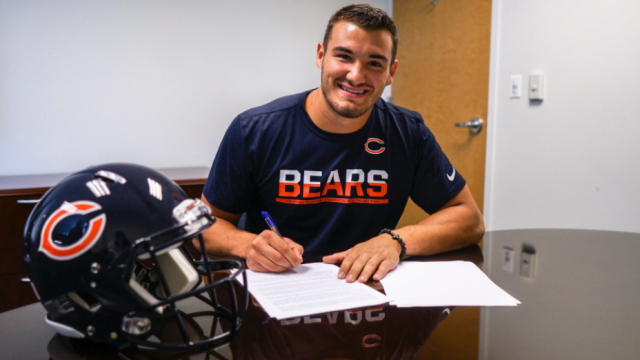 Bears quarterback Mitchell Trubisky signs his rookie contract. (Image Credit: Chicago Bears/Twitter)